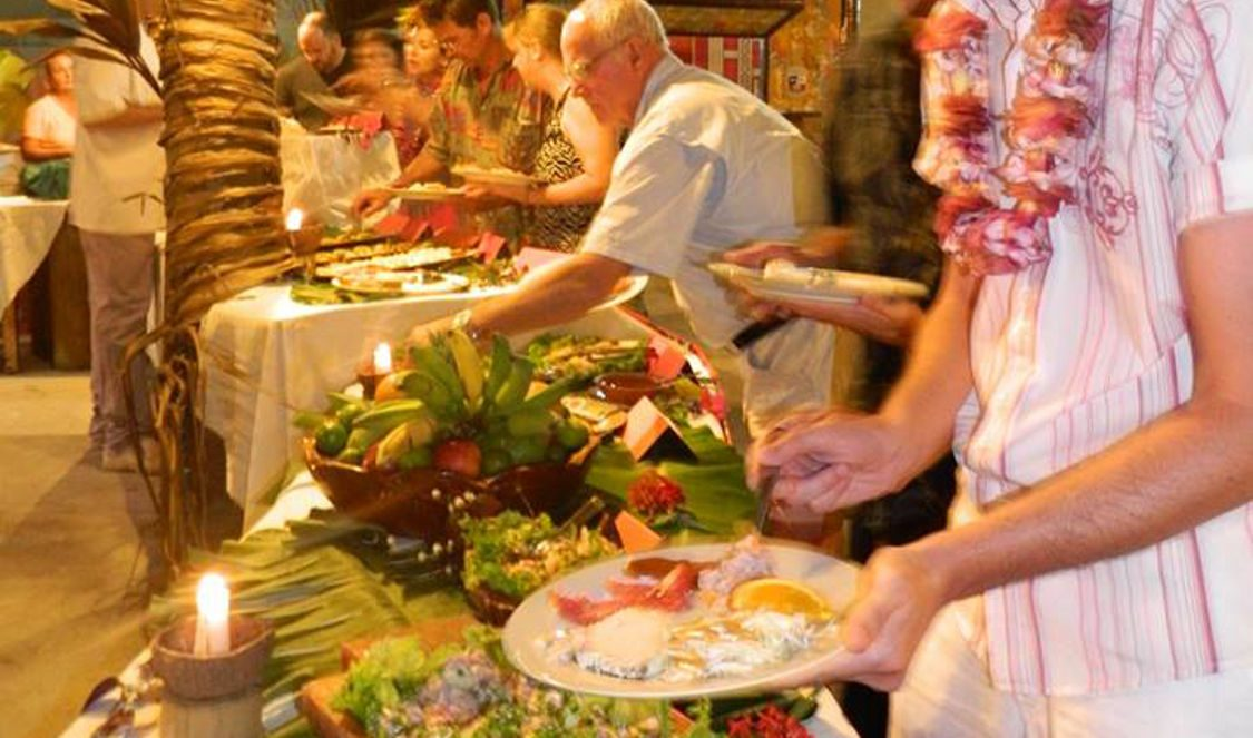 tahitian dance show + polynesian buffet dinner Moorea during your trip