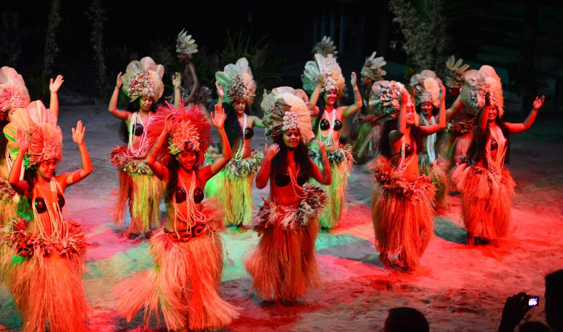 tahitian dance show + polynesian buffet dinner Moorea during your holiday