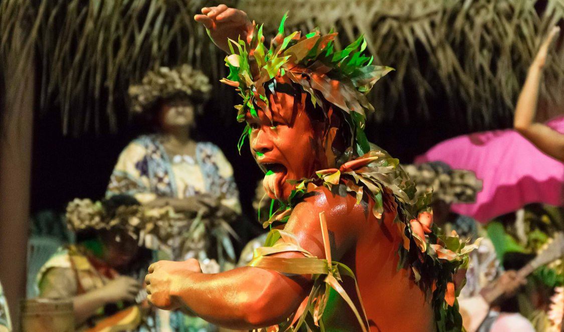 tahitian dance show + polynesian buffet dinner Moorea during your vacation