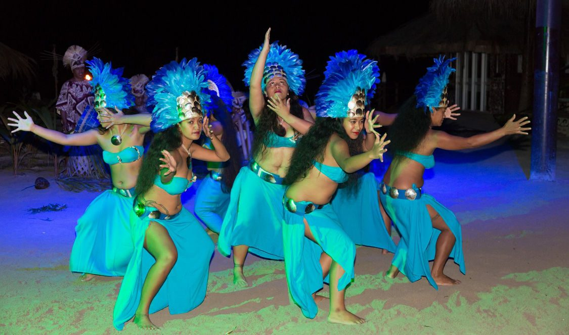 vahine dancing show in Moorea French Polynesia